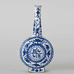 Bottle with coat of arms, porcelain painted with cobalt blue under a transparent glaze, circa 1590-1630, Ming dynasty (1368-1644), height 30.5 cm, R Albuquerque Collection