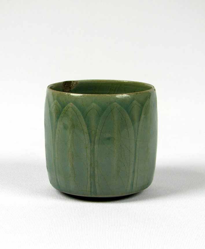 Beaker with incised lotus leaf decoration under celadon glaze, Goryeo dynasty (918-1392), stoneware, 11th/12th century