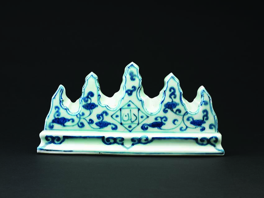 Brush-rest, China, early 16th century, Zhengde period (1506-21), porcelain with undeglaze decoration. 11 x 22.8 x 5.3cm © Hong Kong Museum of Art