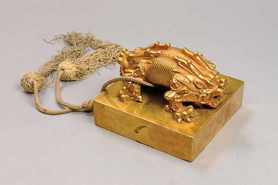 Seal of empress with double-headed dragon with box, tray, lock, key, and plaques. Imperial Workshop, Beijing, Republican period, 1922, gold alloy with silk tassels, Palace Museum © The Palace Museum