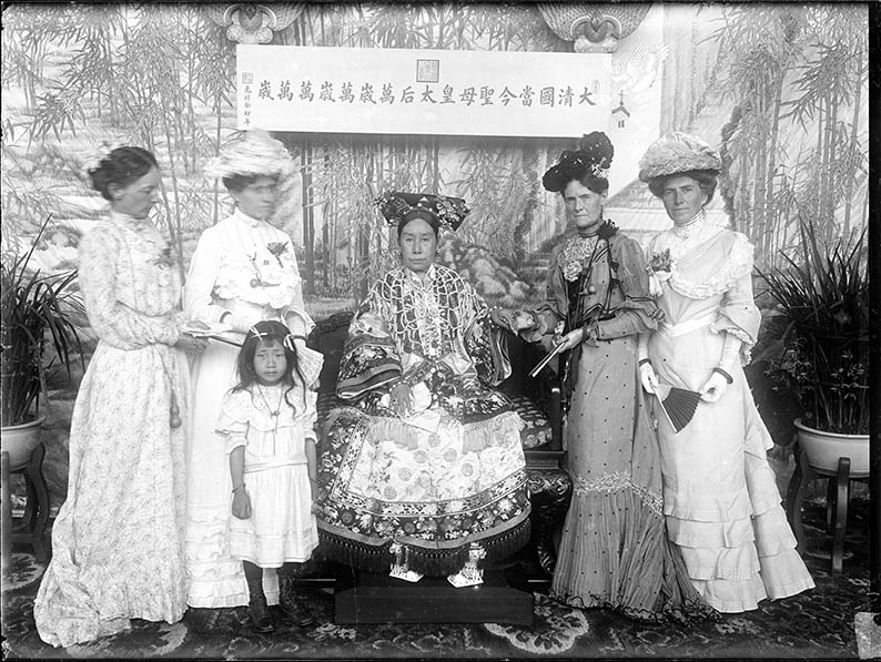 Empress Dowager Cixi with foreign envoys' wives in the Hall of Happiness and Longevity (Leshou tang) in the Garden of Nurturing Harmony (Yihe yuan). Photographed by Yu Xunling (1874-1943), Guangxu period, 1903-05, print from glass-plate negative, Freer Gallery of Art and Arthur M. Sackler Gallery Archives, FSA A.13 SC-GR-249. Smithsonian Institution, Washington DC, purchase