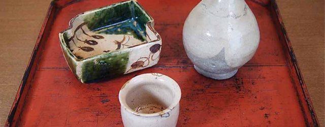 Tokkurisaké bottle, e-karatsu ware, Momoyama period, early 17th century; Karatsu-ware saké-cup, Momoyama period, early 17th century; Imari-ware mamezara porcelain dish, mid-Edo period, circa 18th century; Negoro lacquer tray, Edo period, 17th/18th century. Photograph courtesy of Kimiko Ohno